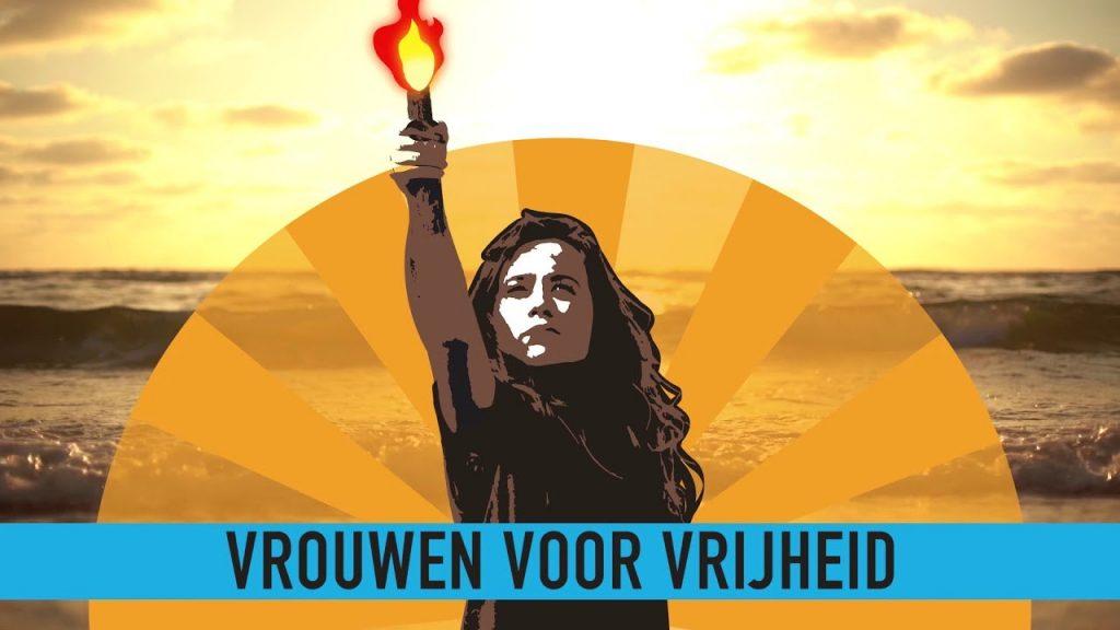 Les 'Femmes pour la Liberté' manifestent et plongent dans l'océan en l'honneur d'une année 'Vérité Nue' (Pays-Bas)